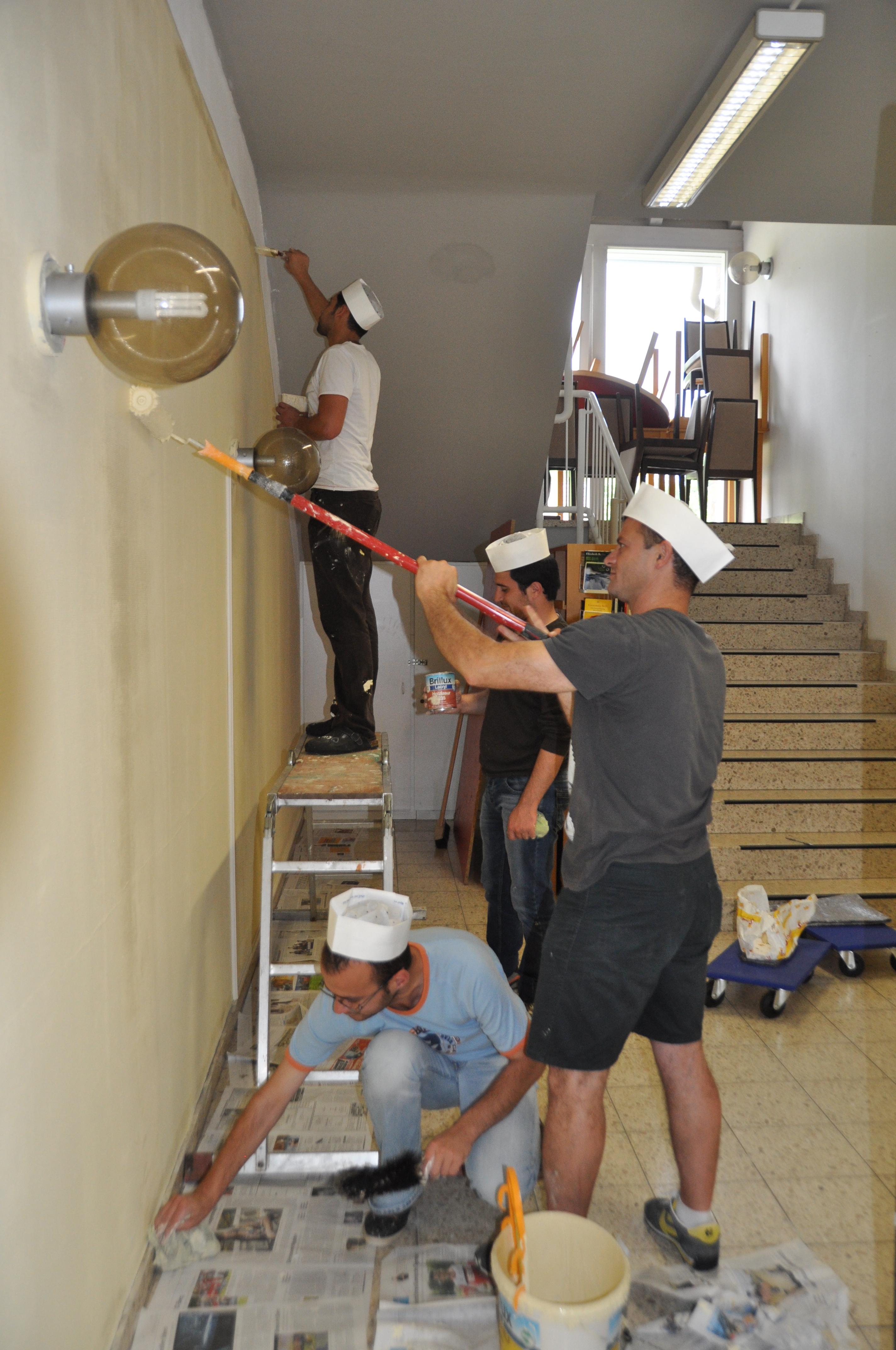 Mit großem Eifer wurden die Renovierungsarbeiten in der Lindlarer Gemeindebücherei in Angriff genommen.